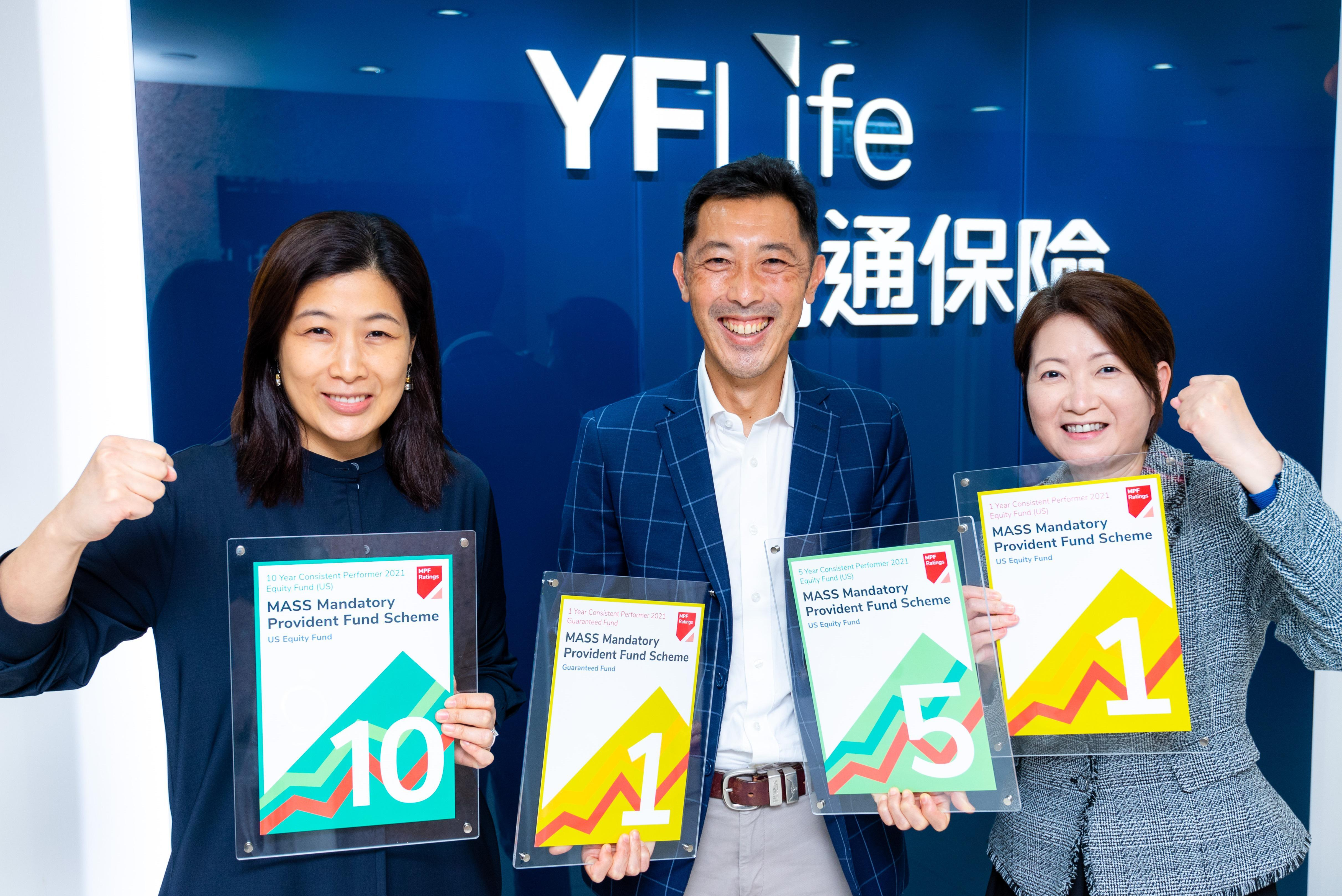 """Mr. Francis Chung, Chairman of MPF Ratings (in the middle), presents the four awards of """"MPF Ratings Consistent Performers"""" to Ms. Suki Cheung, Vice President and Head of MPF and Employee Benefits, Institutional Business (on the right)."""